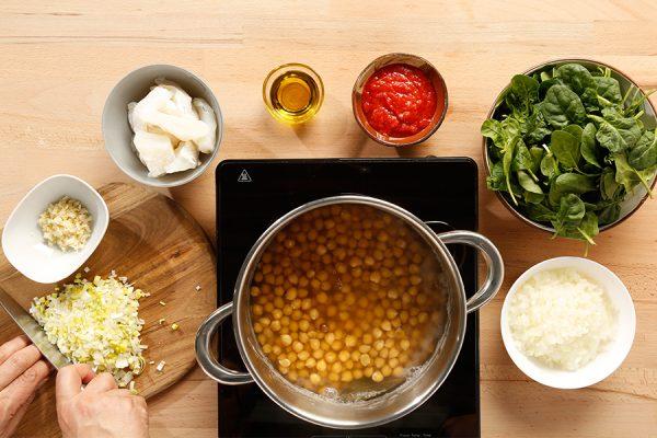garbanzos con espinacas cociendo
