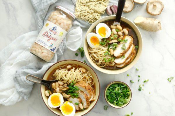 presentación de ramen de alubias con pollo y setas shitake
