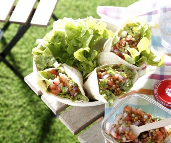 Tacos rellenos de guacamole, pico de gallo y lentejas